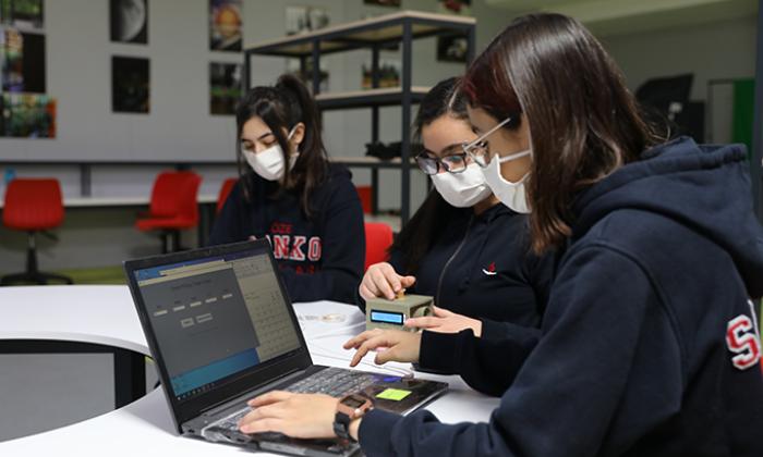 Sanko okulları öğrencilerinden covid-19 duyu test cihazı!